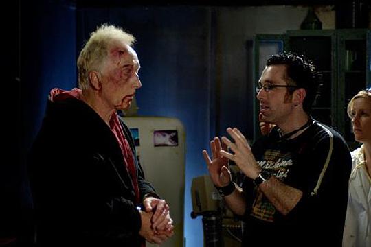 Darren Lynn Bousman neben Jigsaw am SAW-Set