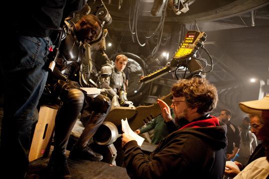 """Einsatzbesprechung: Guillermo del Toro am """"Pacific Rim""""-Set"""
