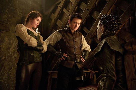 Beim Verhör: Hänsel (Renner) und Gretel (Arterton) haben eine Hexe eingefangen