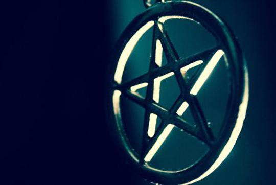 Welche Rolle das namensgebende Pentagramm (Pentacle) wohl spielt?