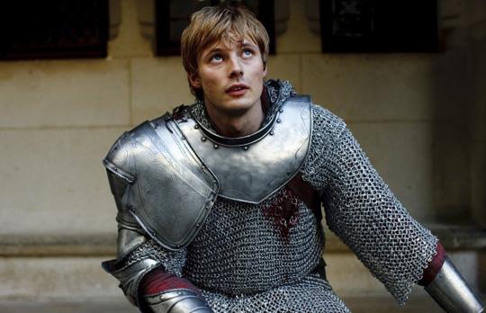 """Bradley James in seiner wohl bekanntesten Rolle als Arthur in """"Merlin"""""""