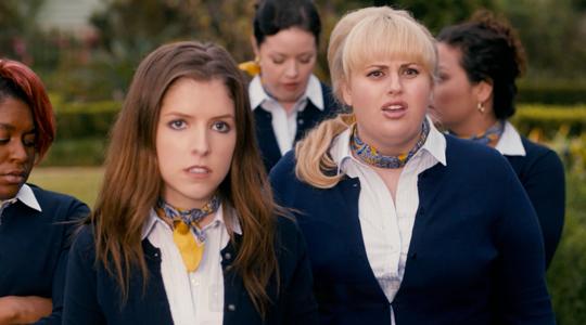 Rebel Wilson (rechts) neben ihren Pitch Perfect-Kolleginnen
