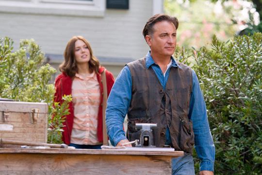 "Andy Garcia und Mandy Moore in ""Christmas in Conway"". ©Hallmark"