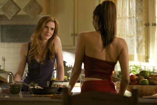 "Sara Canning neben Nina Dobrev in ""The Vampires Diaries"""