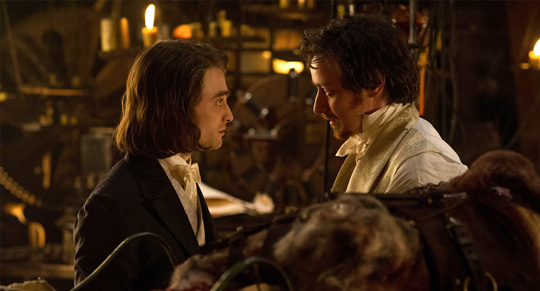 "James McAvoy neben Daniel Radcliffe in ""Victor Frankenstein"""