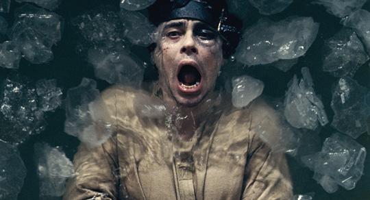 "Benicio del Toro nimmt ein Eisbad in ""Wolfman"". ©Universal"