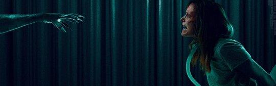 Nails – Unheimlicher Besuch: Schauriger Filmclip verpasst Shauna Macdonald einen Schock